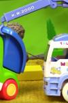 Маленький грузовичок и подъемный кран